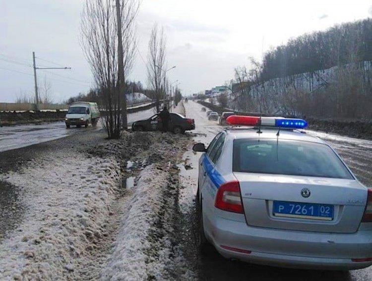 В Уфе автомобиль влетел в электроопору, водитель пострадал