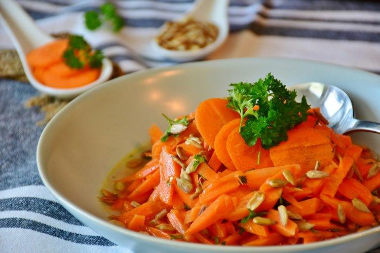 При каких болезнях следует употреблять морковь?