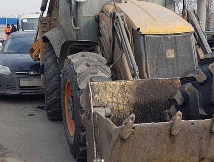 В Уфе автомобиль сбил двух рабочих и протаранил трактор