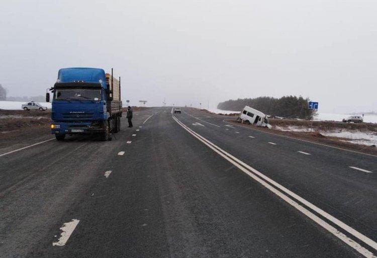 В Башкирии автобус не уступил дорогу КамАЗу, есть пострадавшие
