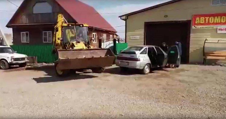 Житель Башкирии трактором протаранил автомобиль судебных приставов