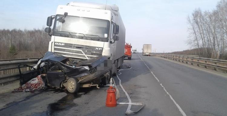 В Башкирии водитель легковушки погиб в страшном ДТП с двумя грузовиками