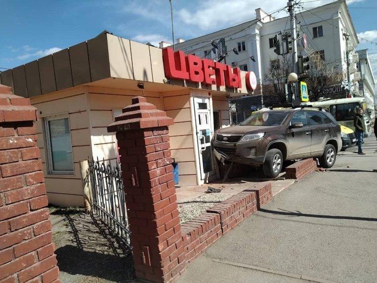 В Уфе водитель Kia Sorento сбил девушку и протаранил цветочный киоск