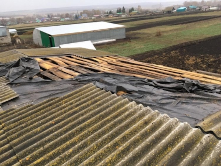В нескольких районах Башкирии сильный ветер повредил кровлю зданий