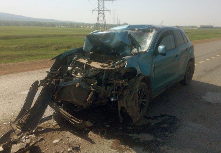 В Башкирии водитель легковушки «догнал» КамАЗ и влетел в него