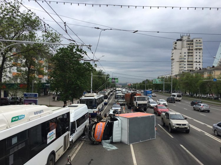 Массовое ДТП в Уфе: столкнулись грузовая ГАЗель и два пассажирских автобуса