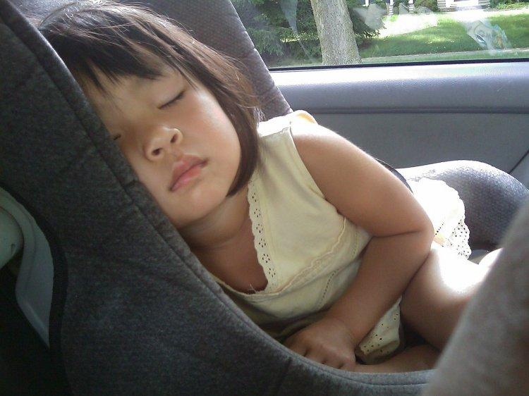 Почему ребенку нельзя спать в автокресле, рассказали ученые