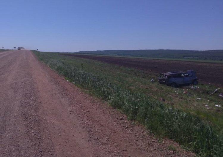 В Башкирии автомобиль опрокинулся в кювет, пострадали 3 пассажира