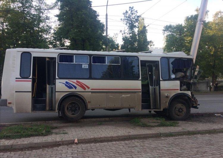 В Уфе иномарка «подрезала» автобус: пострадали 5 человек