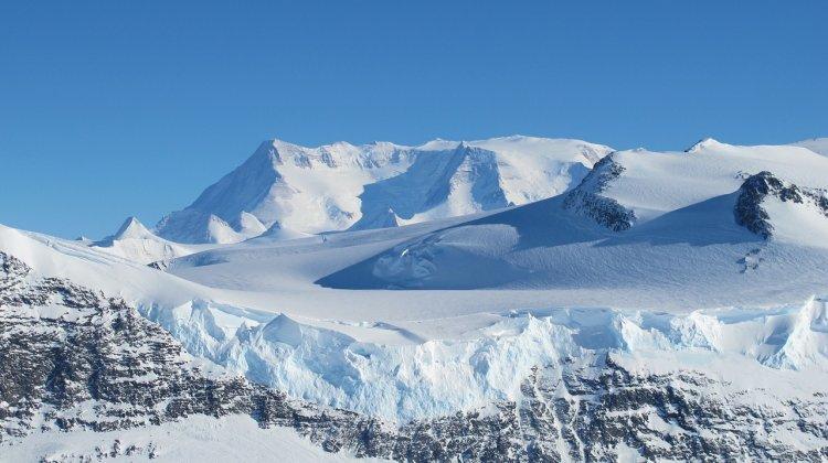 Ученые обнаружили скалистую гряду, спрятанную подо льдами Антарктиды