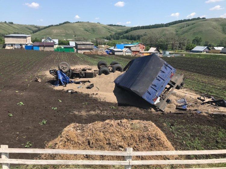 В Башкирии опрокинулся грузовик с зерном, водитель погиб