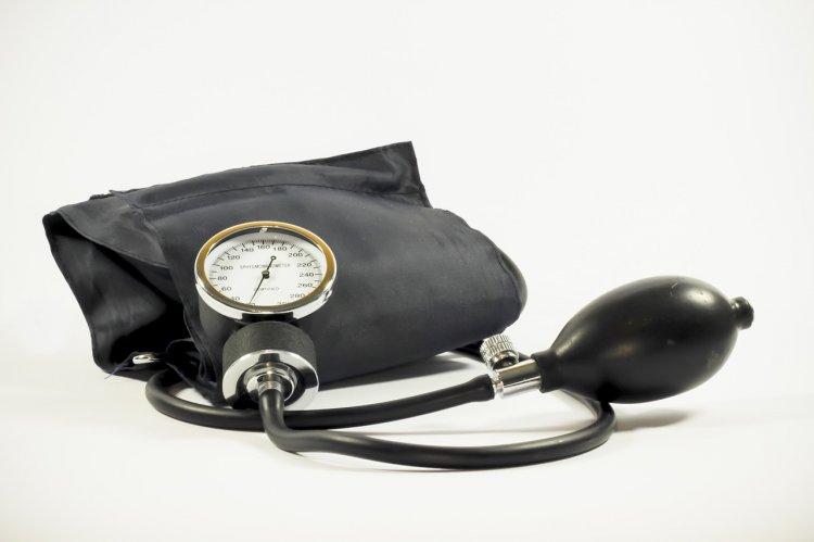 На какой руке следует измерять артериальное давление, рассказали медики