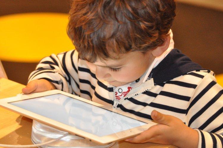 Психологи рассказали, сколько времени должны проводить дети за компьютерами и смартфонами