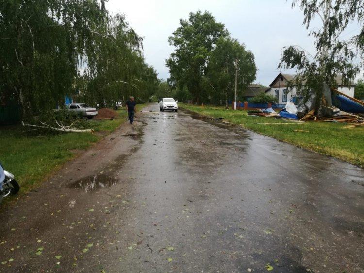 Сорванные крыши домов, поваленные деревья — последствия урагана в Башкирии