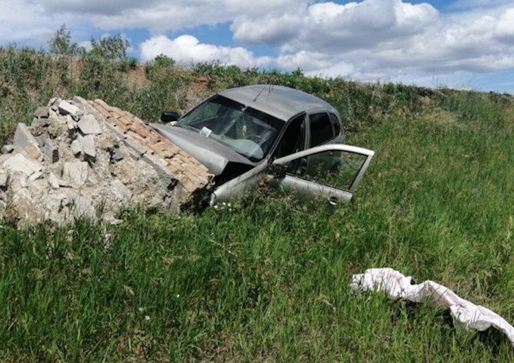 В Башкирии «Лада Калина» врезалась в бетонный блок, погиб 83-летний водитель