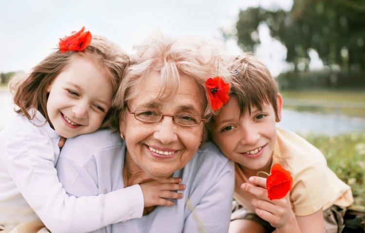 Бабушки и дедушки вредят внукам, заявили ученые