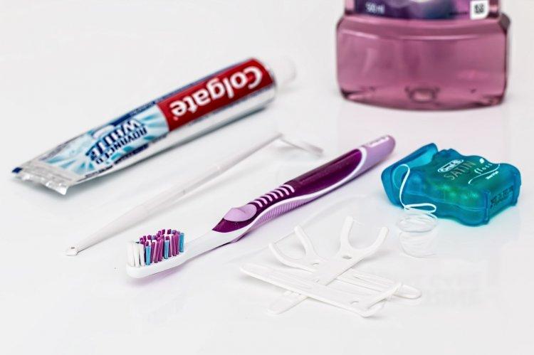 Стоматологи сообщили, как зубная нить вредит вашему здоровью