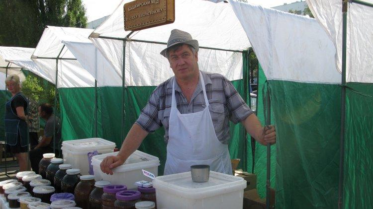 В Уфе на ярмарке «Ягодное лукошко» продавали мед по 8000 рублей за банку