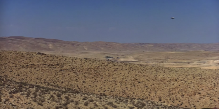 НЛО на реактивном аппарате совершил стремительный полет над пустыней