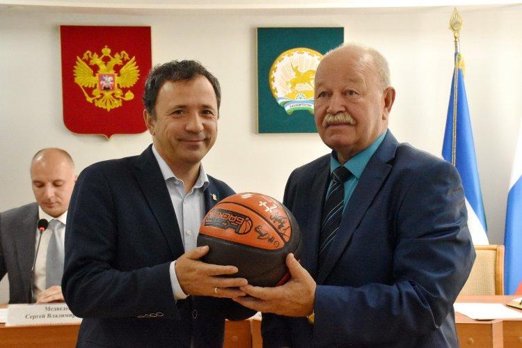 Школам Башкирии передано 3884 баскетбольных мяча