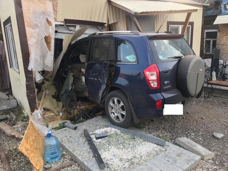 В Уфе 16-летний автомобилист въехал в торговый павильон