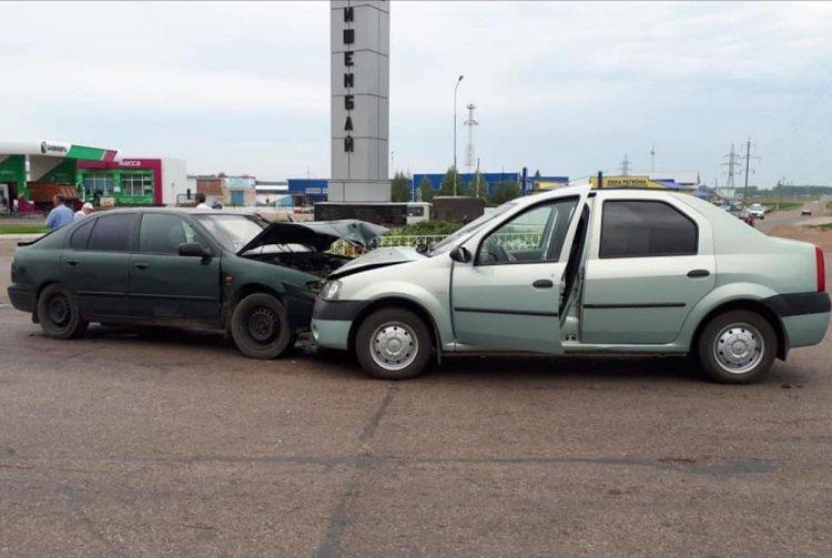 В Башкирии на круговом движении столкнулись два автомобиля: есть пострадавшие