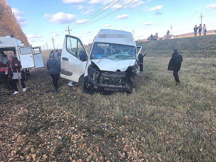 В Башкирии пассажирский микроавтобус столкнулся с легковушкой, есть жертвы
