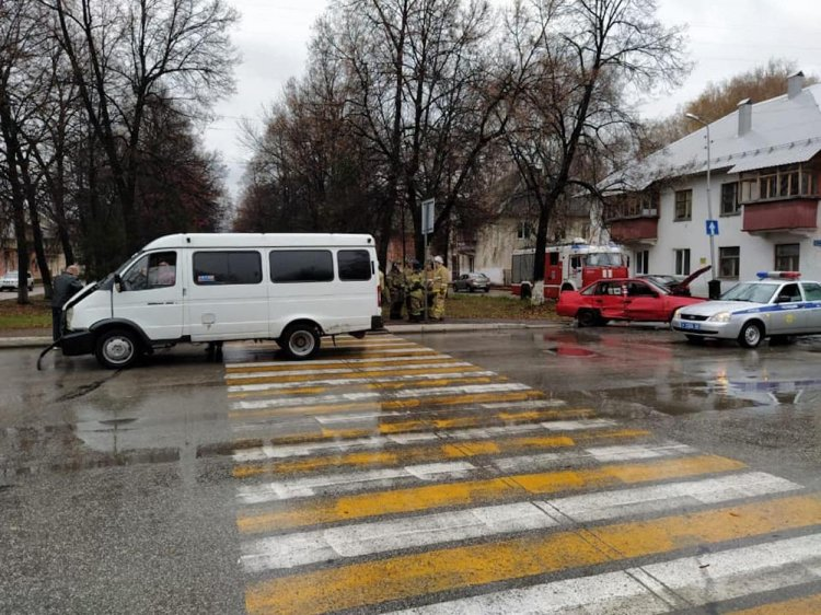 В Салавате Daewoo Nexia и маршрутка не поделили дорогу, есть пострадавшие