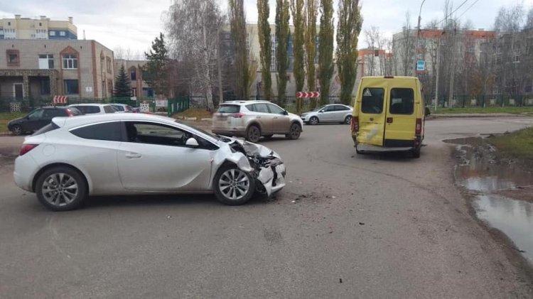 В Стерлитамаке женщина за рулем Opel Astra «догнала» маршрутку: пострадали 5 человек