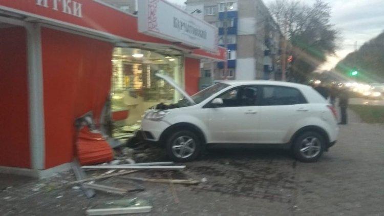 В Стерлитамаке водителю стало плохо за рулем и он врезался в торговый павильон