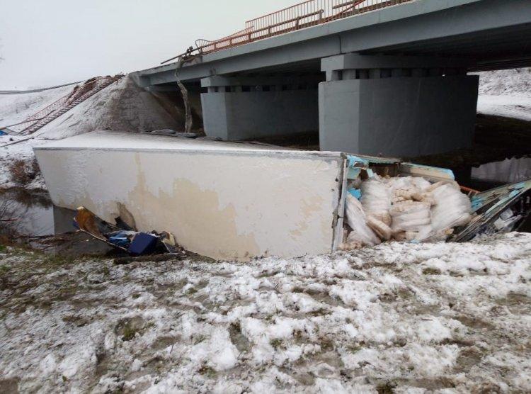 В Стерлитамакском районе Башкирии грузовик упал с моста в реку, водитель погиб