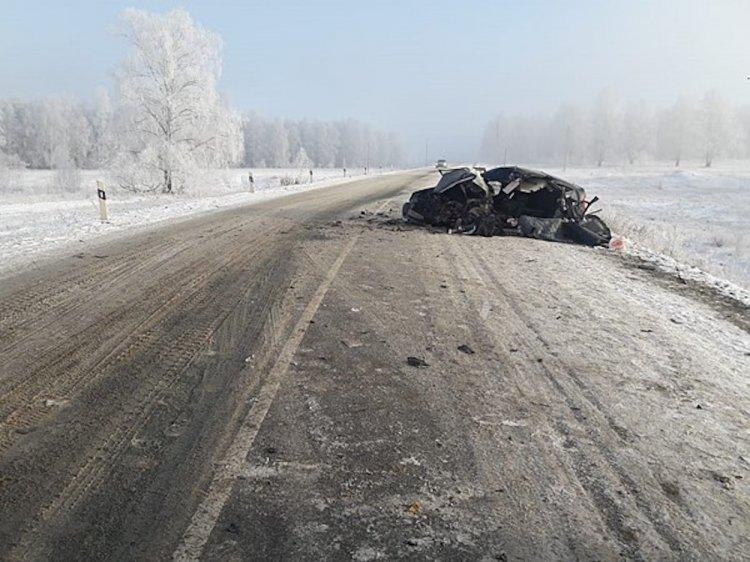 В Башкирии два человека скончались при столкновении легковушки с грузовиком