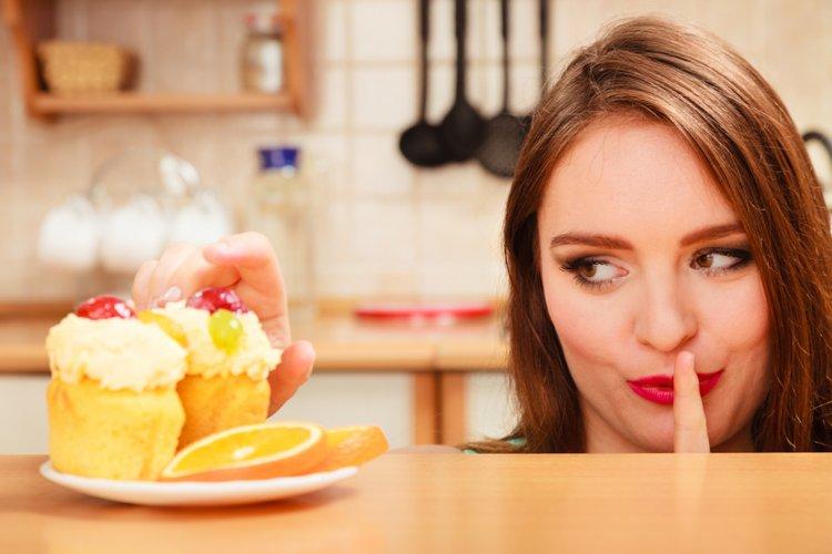 Врачи перечислили привычки, которые резко увеличивают вес