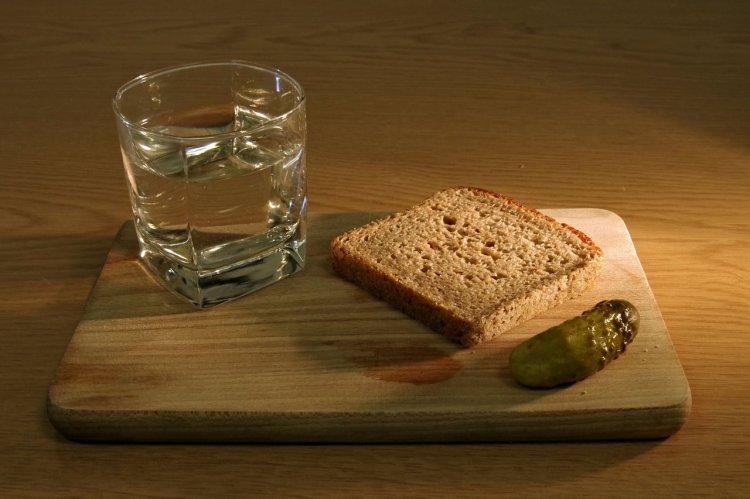 Почему нельзя закусывать алкоголь маринованными огурцами?
