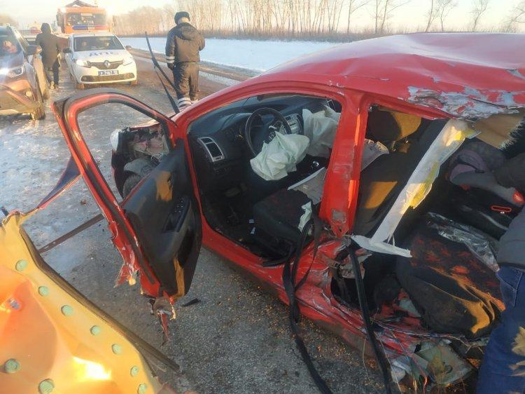 В Башкирии при столкновении легковушки с экскаватором погиб ребенок