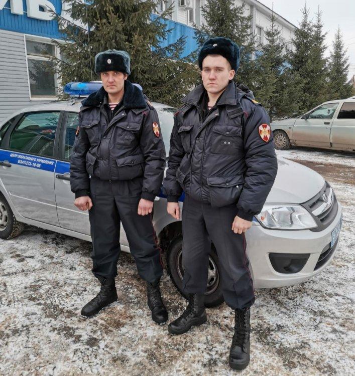 В Башкирии росгвардейцы спасли из горящего дома трёх человек