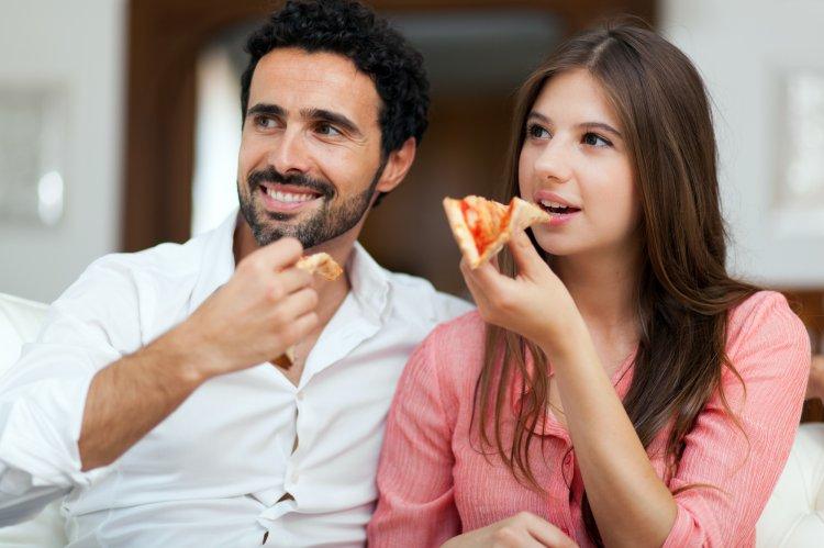 Ученые рассказали, почему нельзя есть перед телевизором