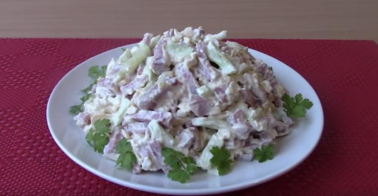 Семья будет в восторге - сытный салат с ветчиной и сыром