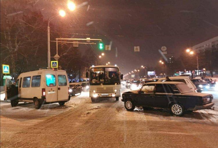 В Уфе «ВАЗ-2107» врезался в маршрутку: есть пострадавшие