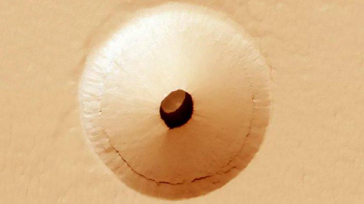 Укрытие для космических кораблей: На Марсе обнаружена странная дыра