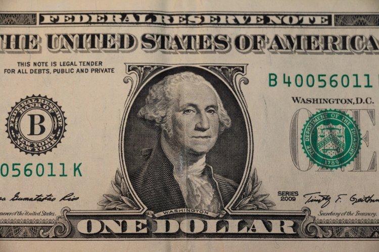 Банк России понизил официальные курсы доллара и евро