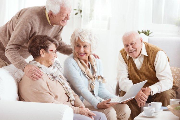 Пожилым россиянам рекомендовали сидеть дома из-за коронавируса