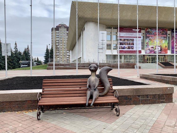 В Уфе куница вернулась на скамейку перед ГКЗ «Башкортостан»