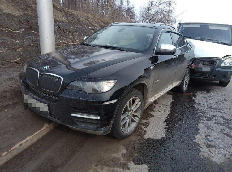 ДТП в Уфе:  «Газель» врезалась в припаркованный BMW-X6