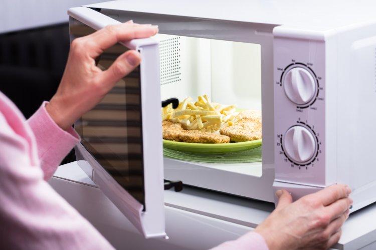 Известный диетолог назвала продукты, которые нельзя разогревать в микроволновке
