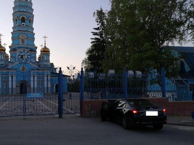 В Уфе пьяный водитель на Мazda врезался в забор храма Рождества Богородицы