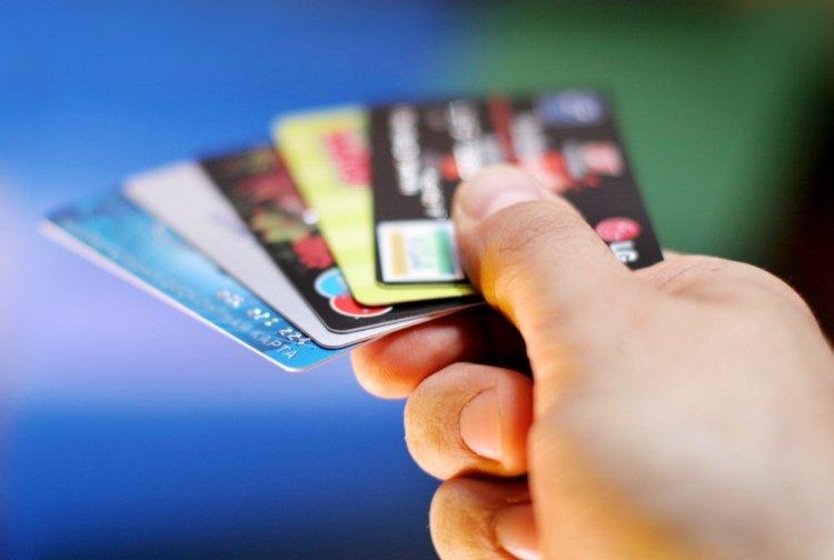 В России сократилась в 3 раза выдача кредитных карт в апреле