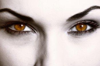 Врачи назвали способы определить нехватку витамина В12 по глазам