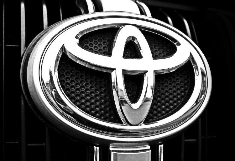 Дилеры Toyota в России начали продажи обновленного седана Toyota Camry от 1,88 миллиона рублей