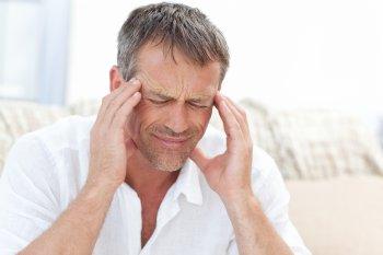 Телеврач Мясников назвал мигрень с аурой предвестником инсульта у человека